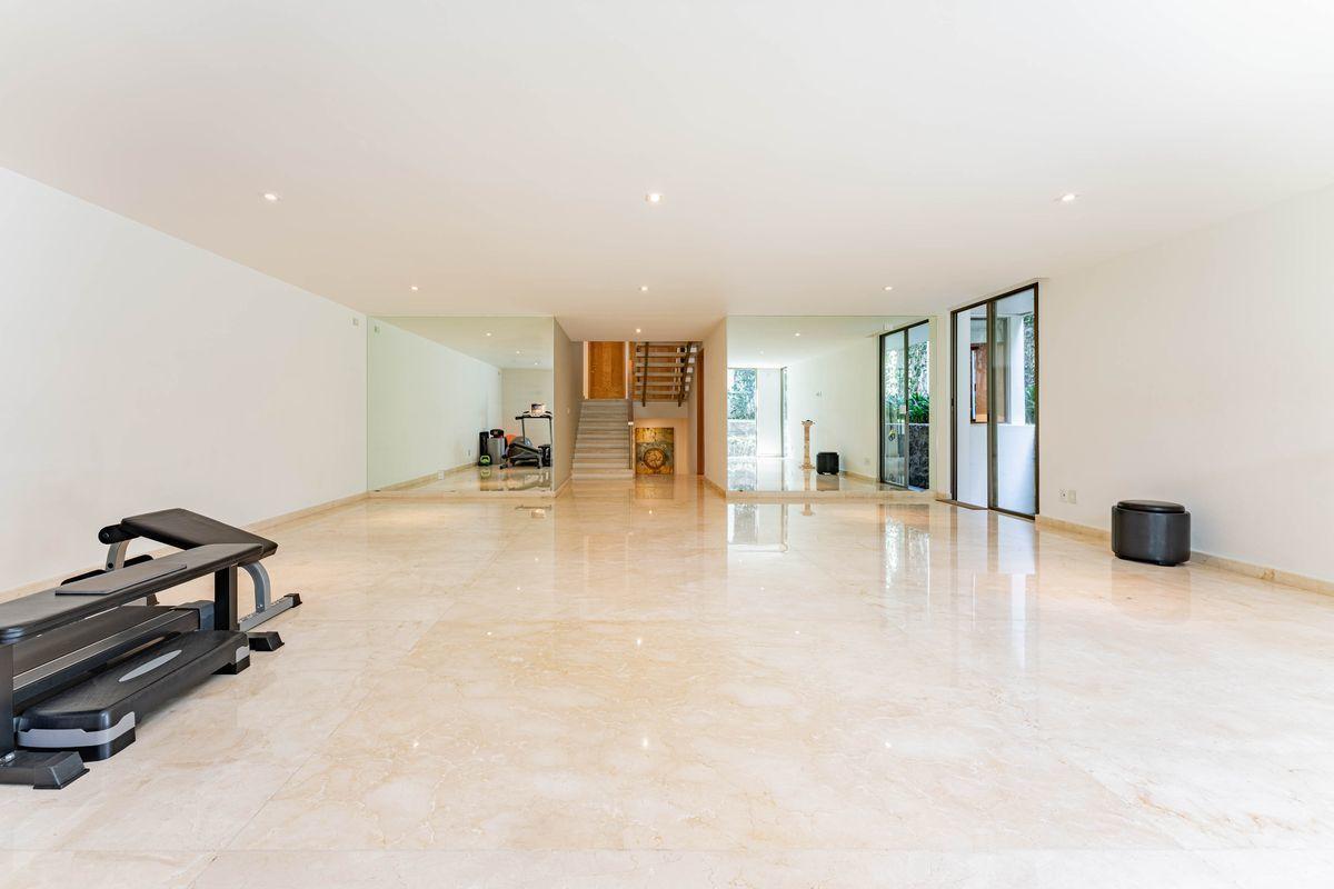 18 de 25: Salón de usos múltiples con pisos de mármol y ventanales
