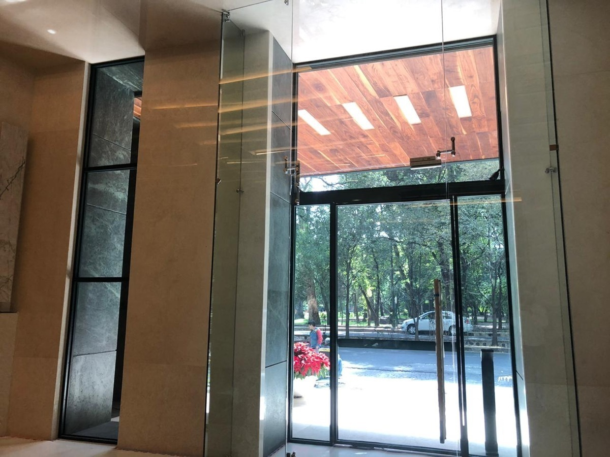 5 de 28: Vestíbulo de acceso peatonal  por Ruben Dario