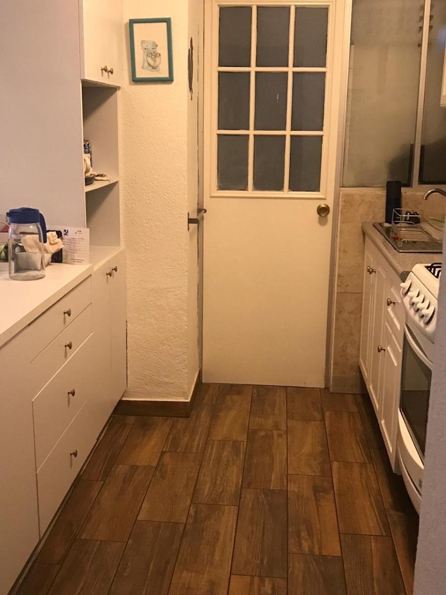 8 de 8: Cocina con puerta que lleva al área de lavado