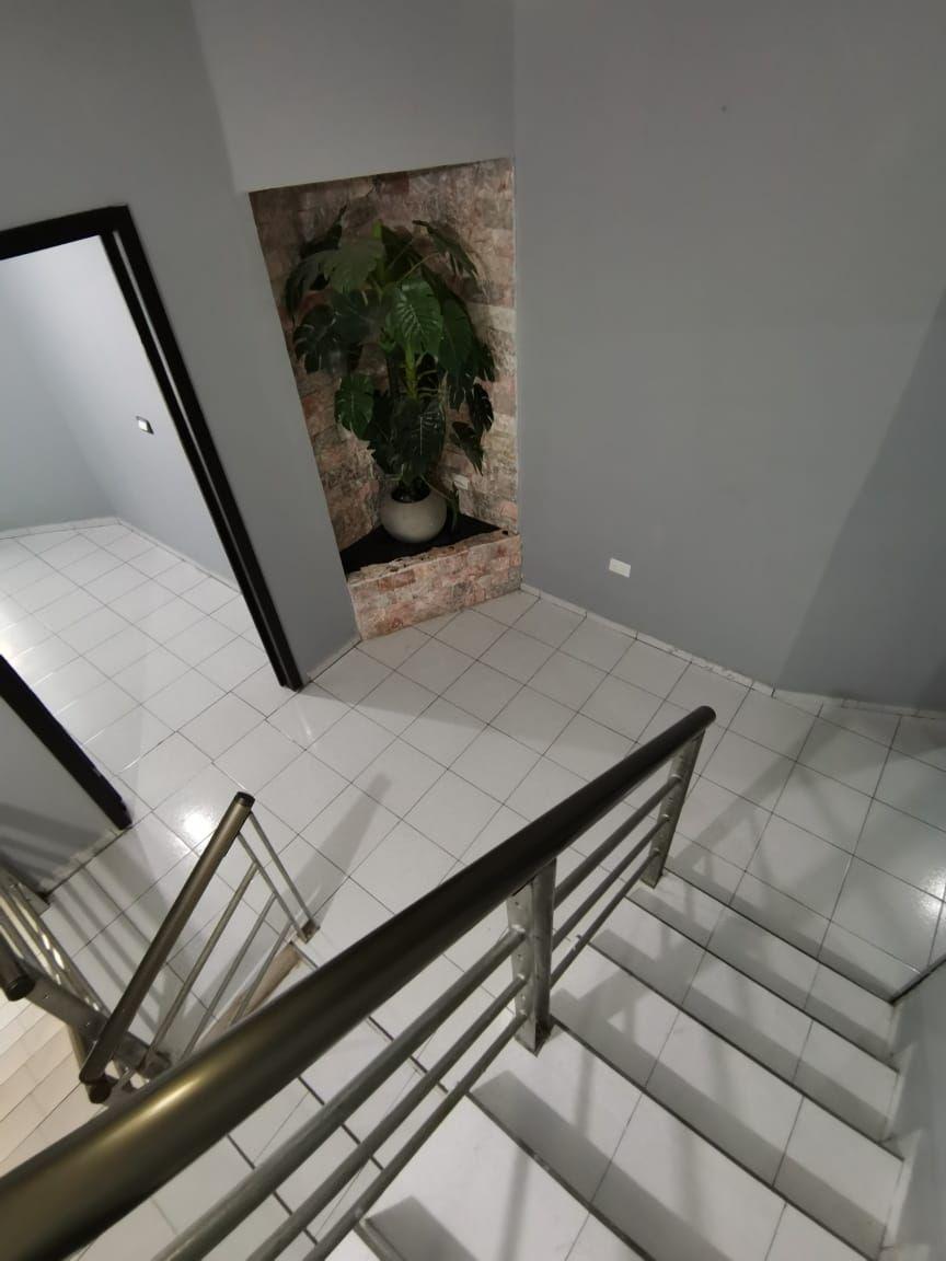11 de 29: Escaleras y pasillo de distribución