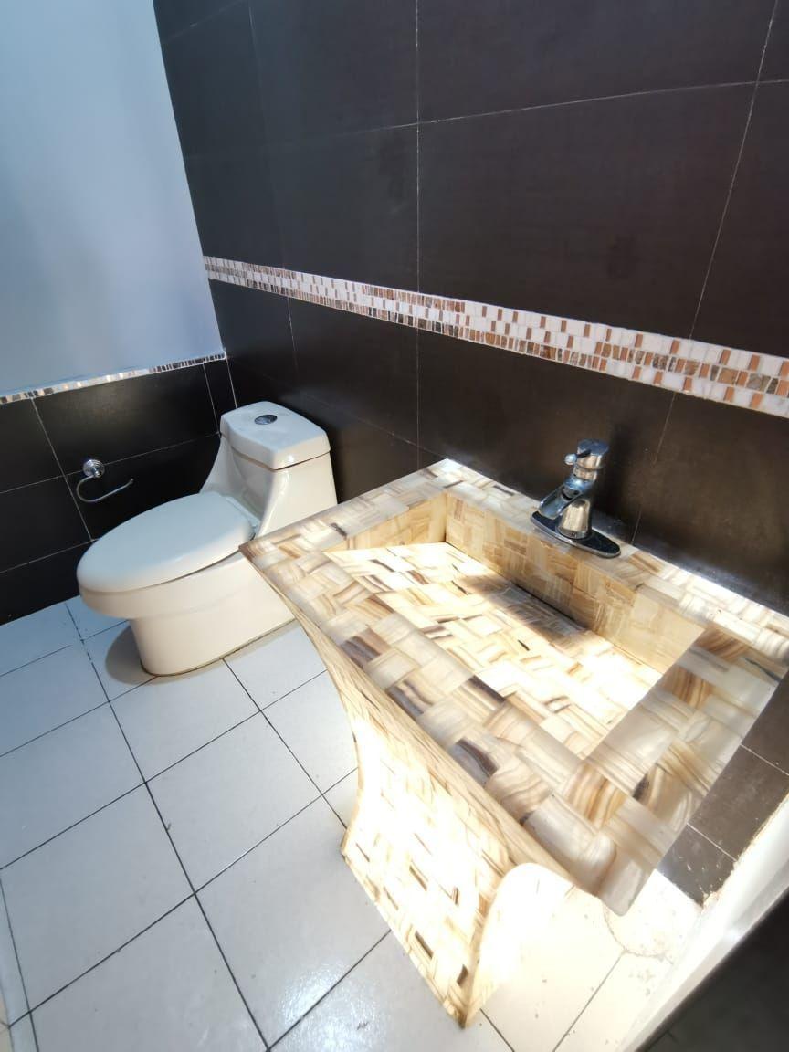 26 de 29: Medio baño en planta baja