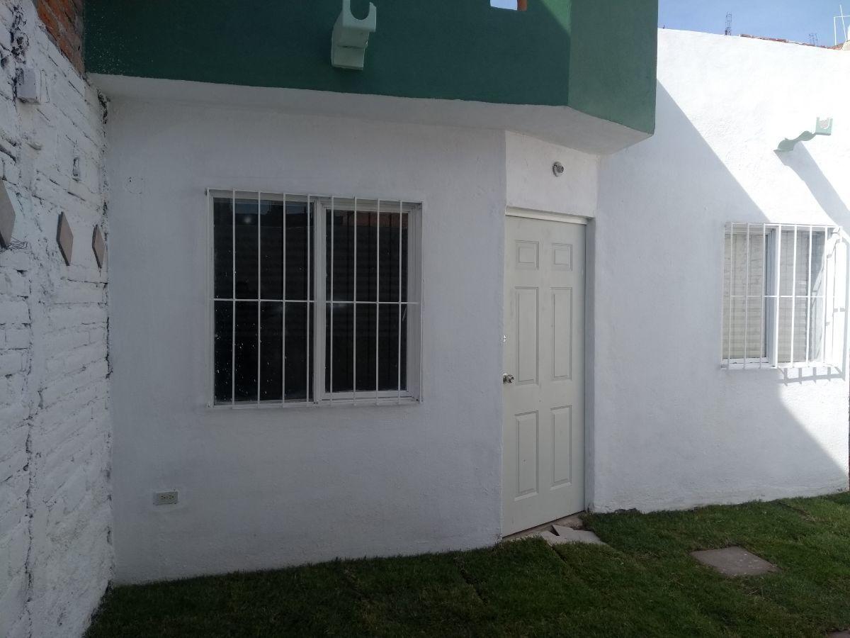 3 de 8: otra vista del acceso al interior de la casa