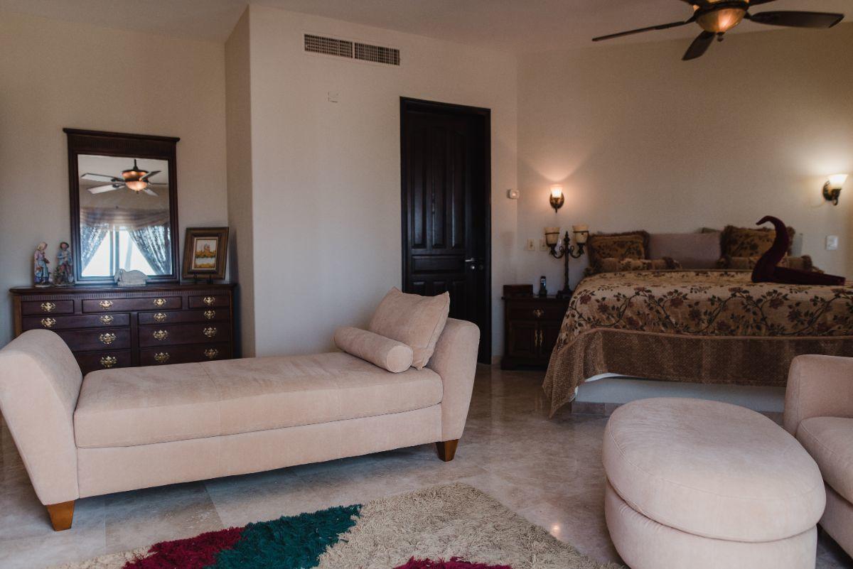 20 de 32: Recamara Suite 2 con sala 2do piso