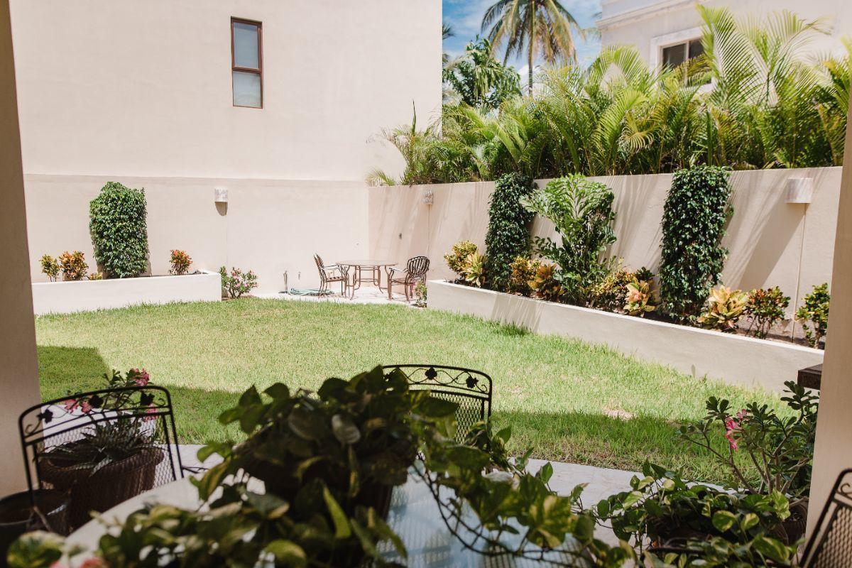 26 de 32: Terraza y jardin con area para asador
