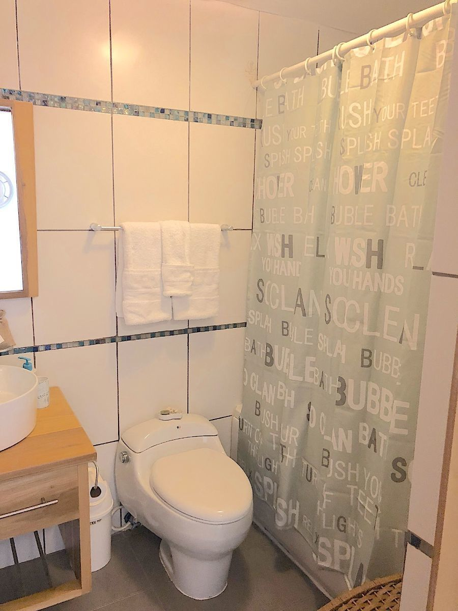 17 de 19: Baño habitación 2 y de visita