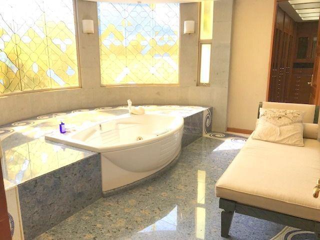 17 de 36: Baño principal con Tina