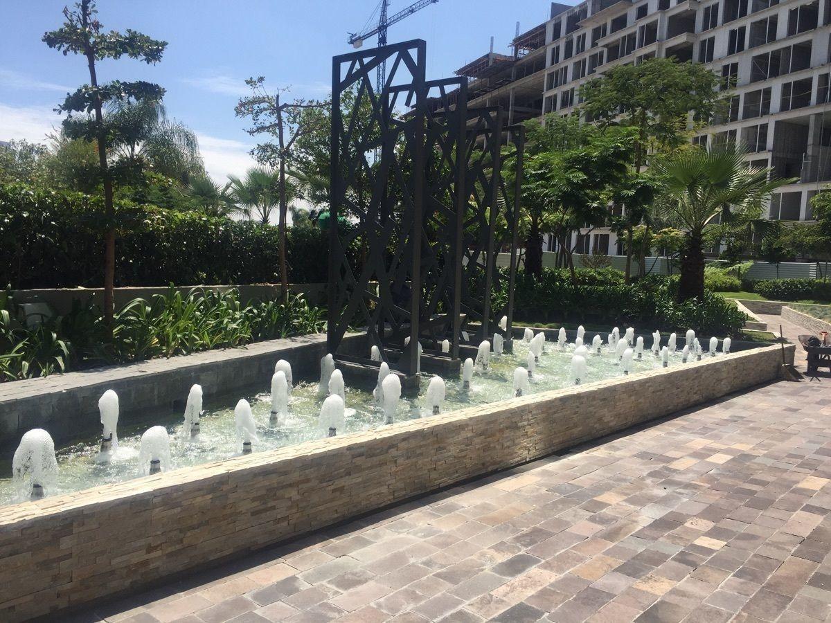 7 de 41: Ingreso con fuente y jardines
