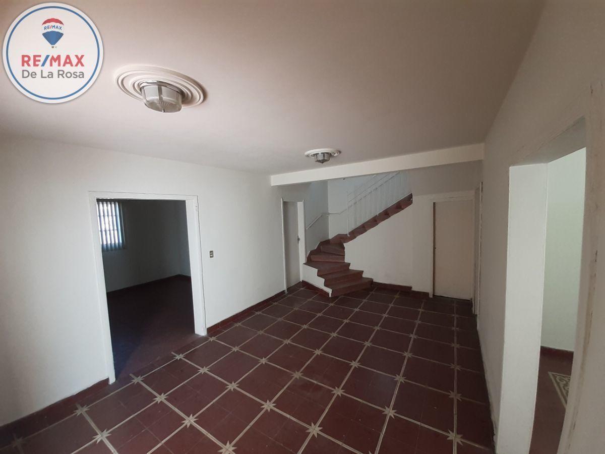 3 de 20: Recibidor a la derecha sala de estar y al fondo medio baño.