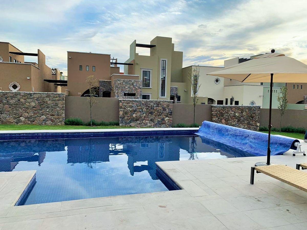2 of 14: Casa Club con piscina