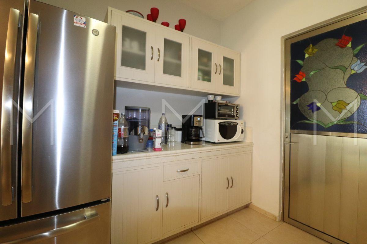 9 de 28: Cocina y puerta de área de lavado.