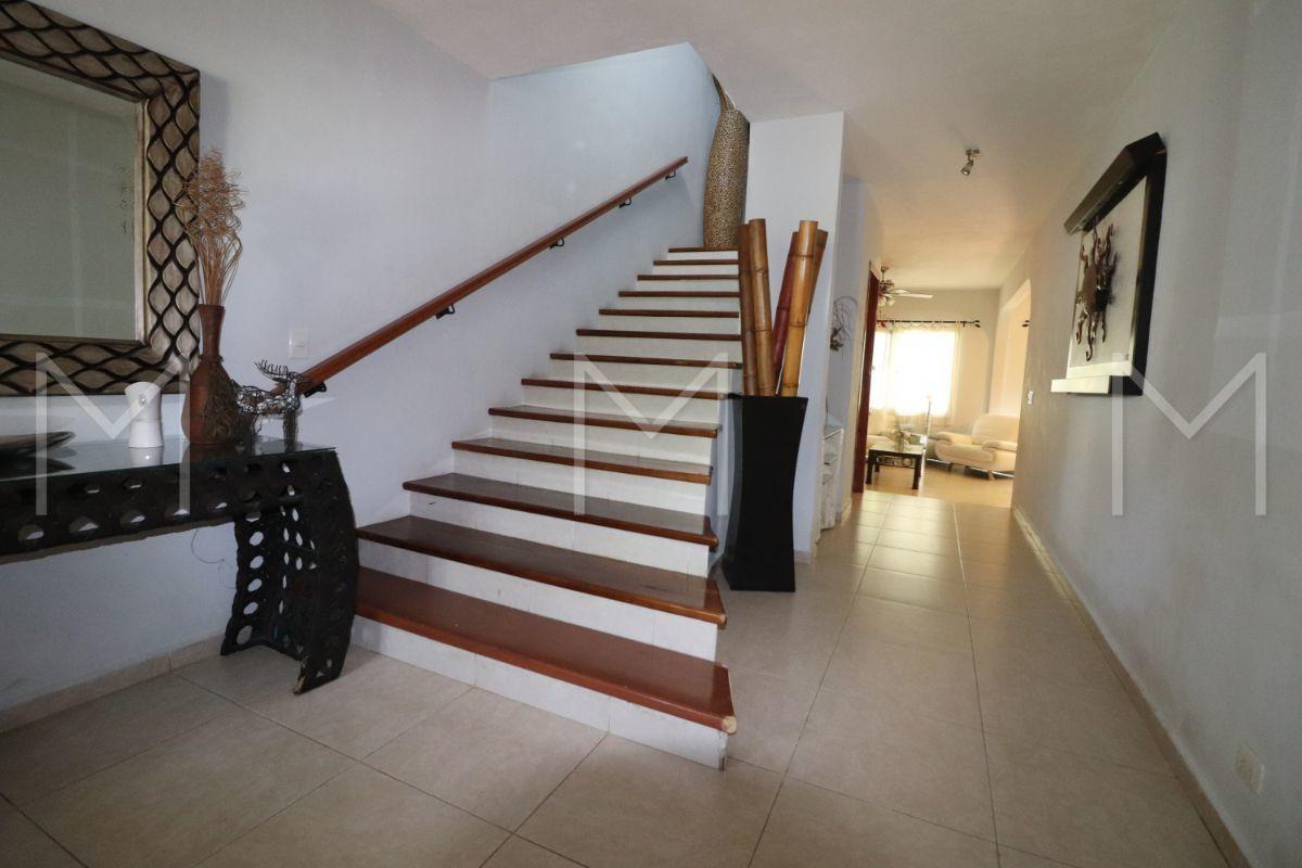 3 de 28: Escalera a PA y pasillo hacia sala, comedor y cocina