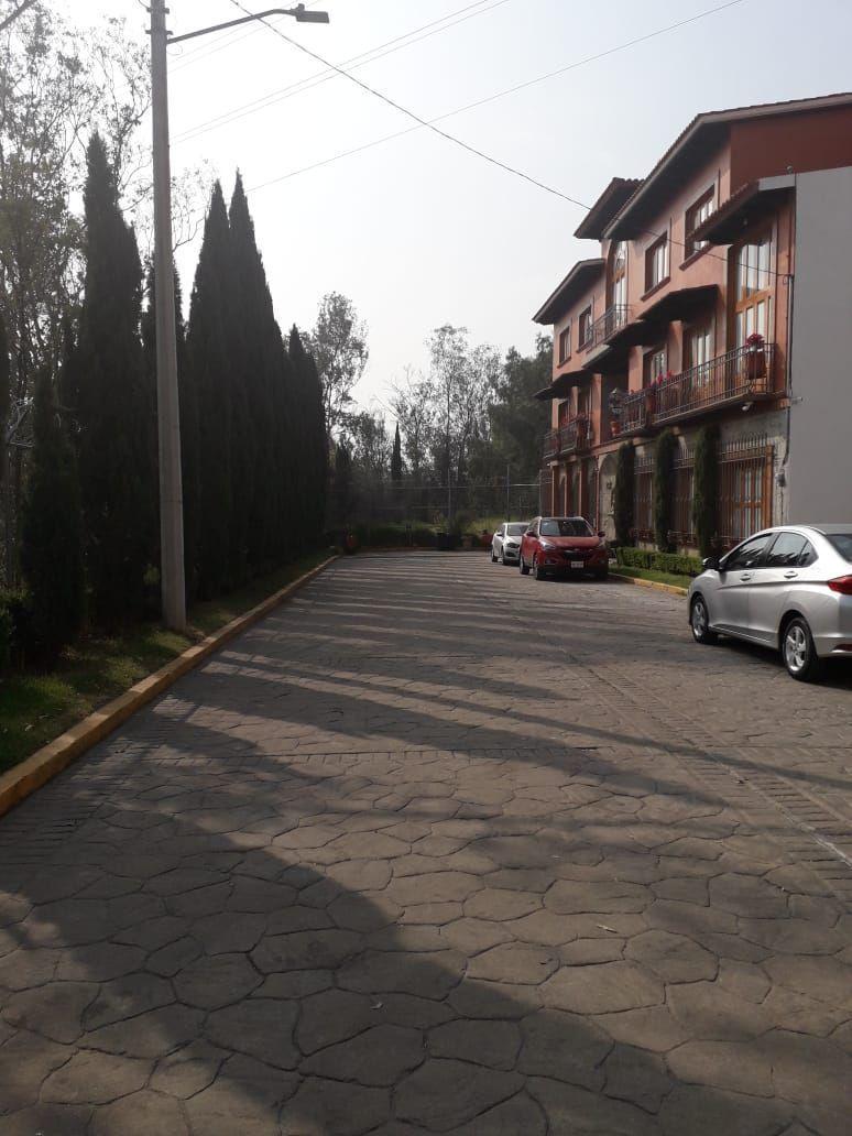 25 de 25: Calle cerrada y arbolada