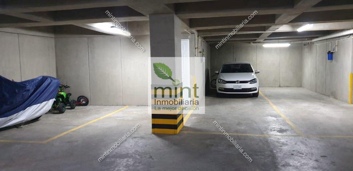 7 de 11: Tres Amplios Estacionamientos Techados