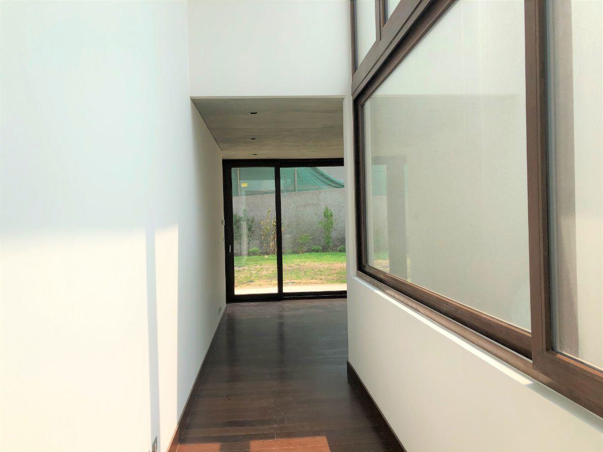 7 de 12: Hall doble altura acceso living y comedor