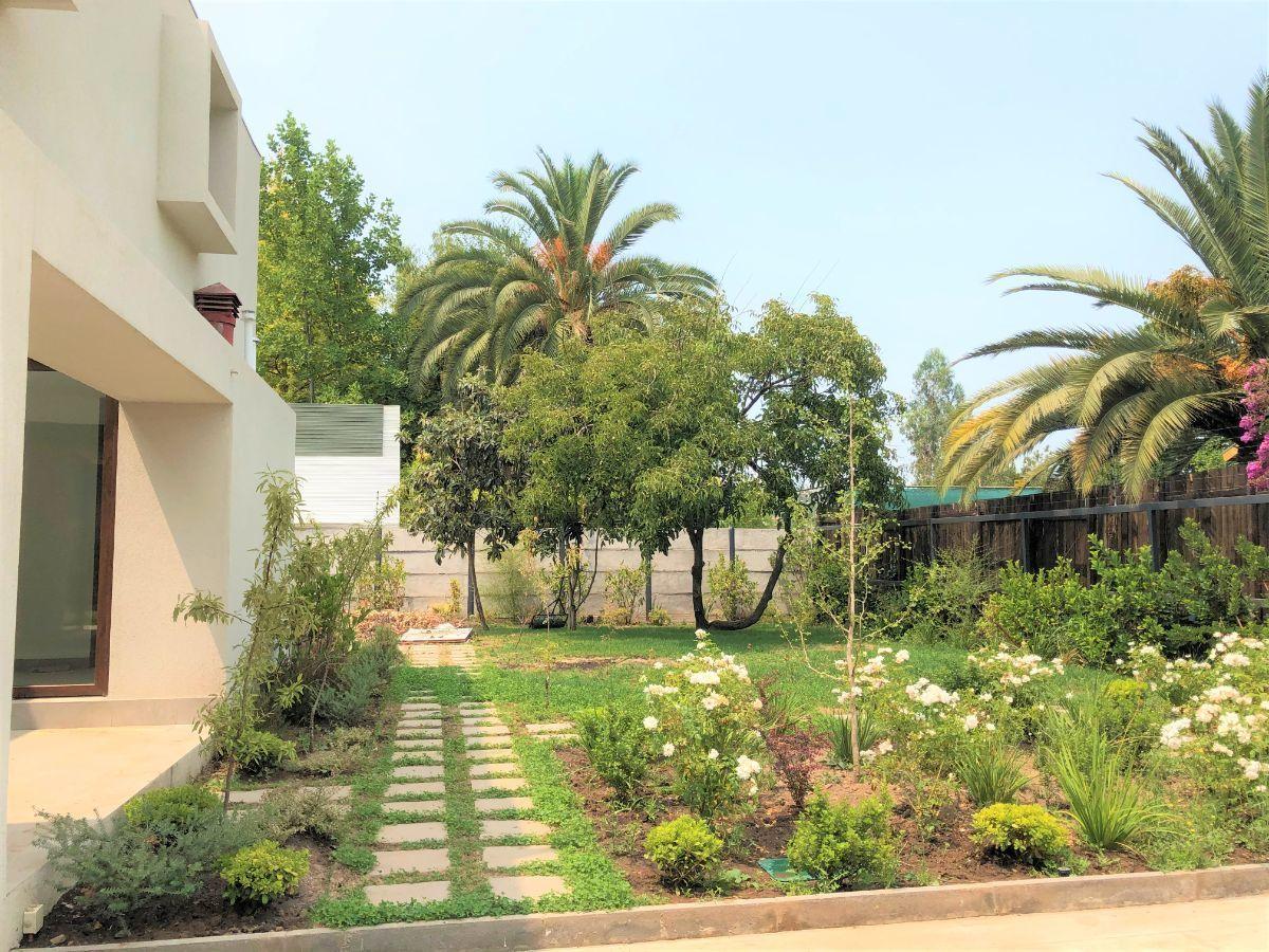 6 de 12: Jardín lateral