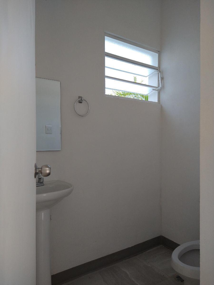 8 de 20: Medio baño de área de oficinas