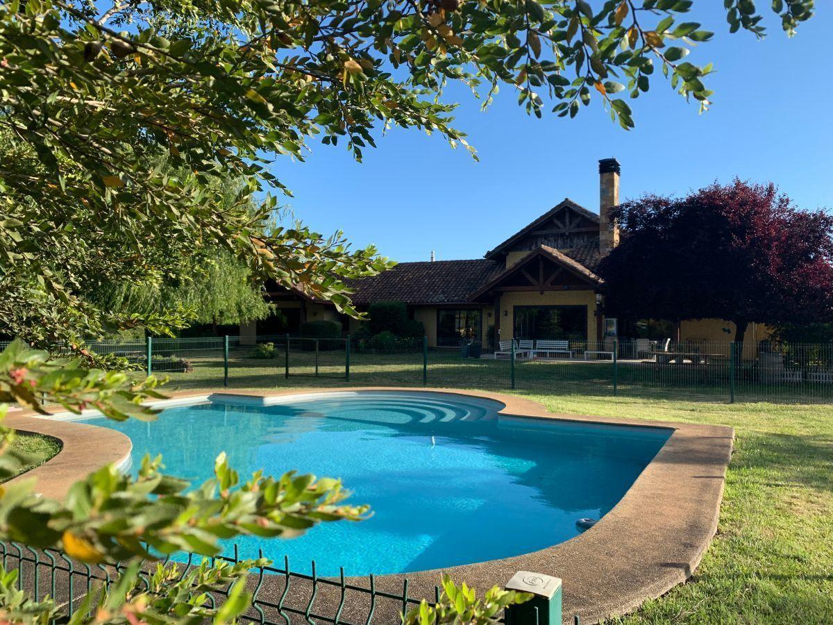 1 de 22: Vista casa y piscina