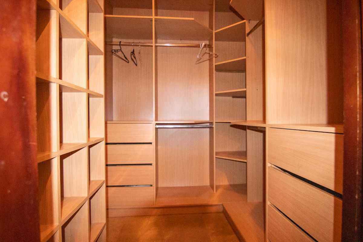13 of 20: Walkin closet