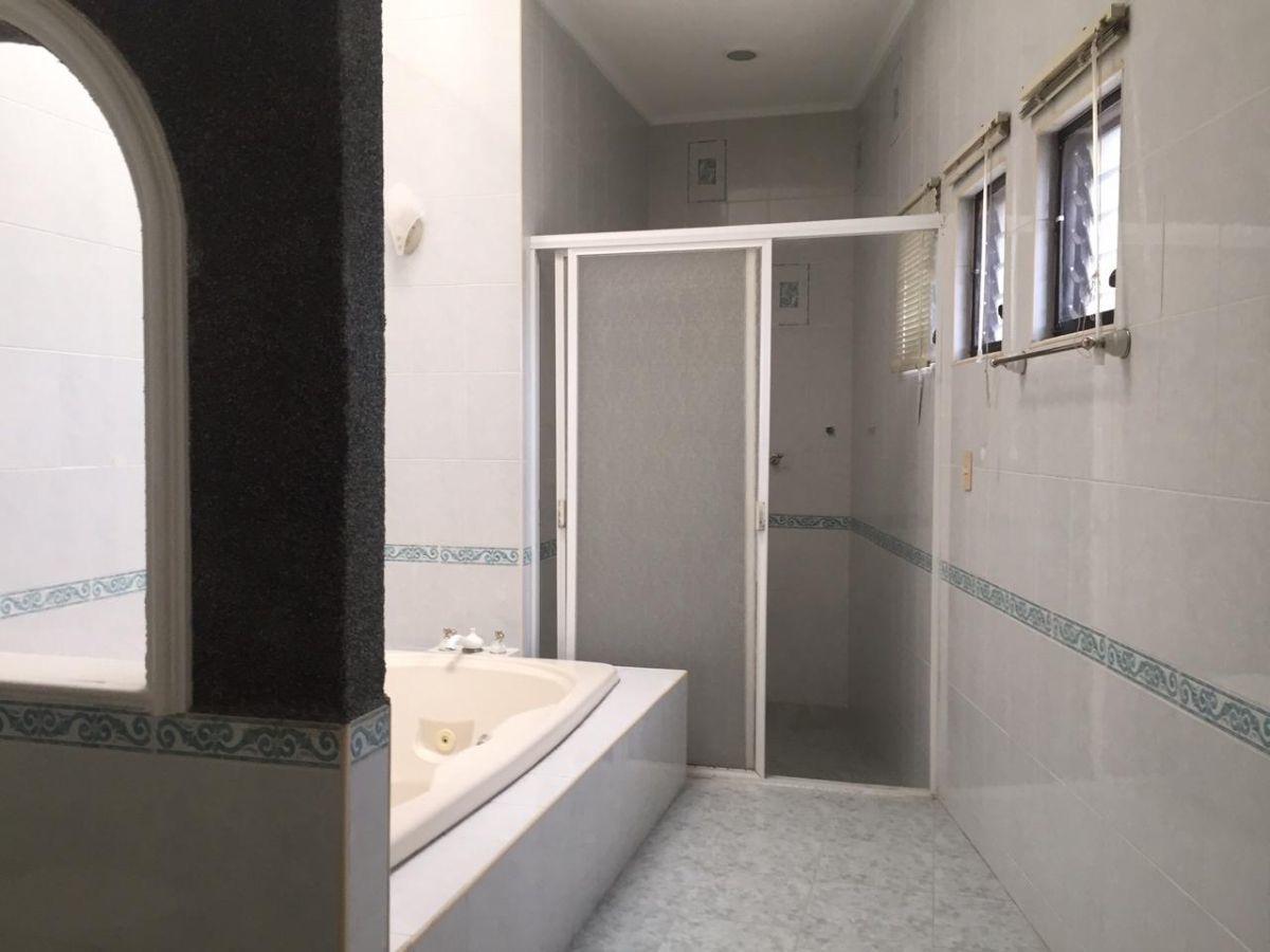 17 de 29: Baño principal con jacuzzi