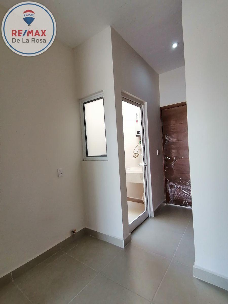 17 de 40: area de lavadora y secadora con espacio closets de blancos