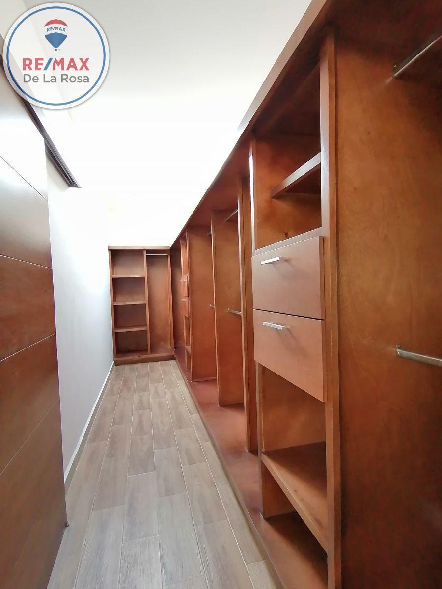 26 de 40: vestidor recamara principal con iluminacion natural