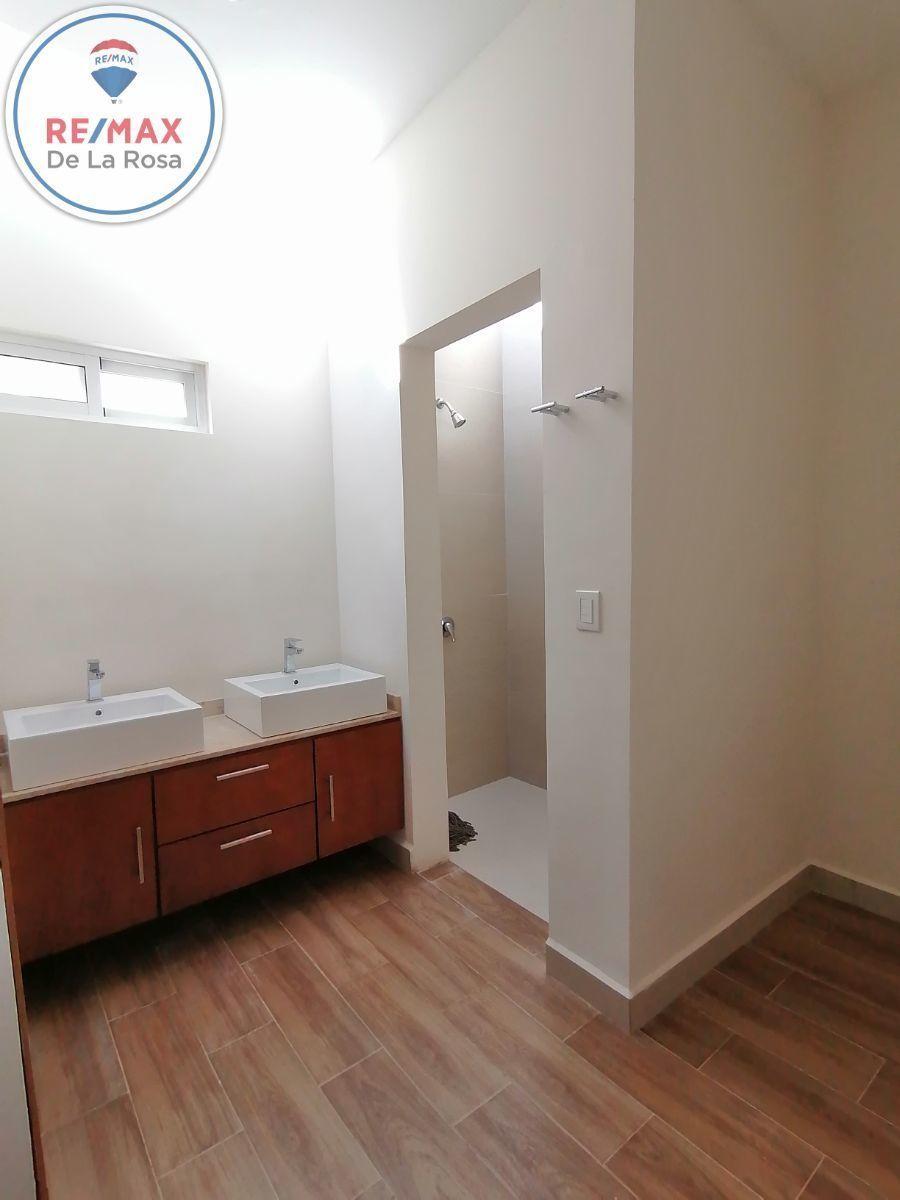 28 de 40: lavabo recamara ppal, con placa de marmol area de regadera