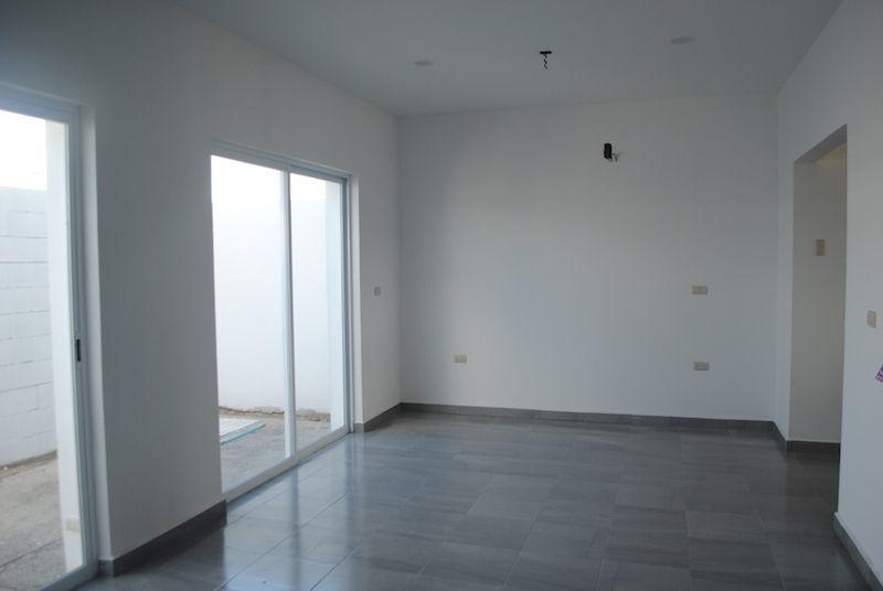 7 de 30: Vista de sala y comedor con ventanales