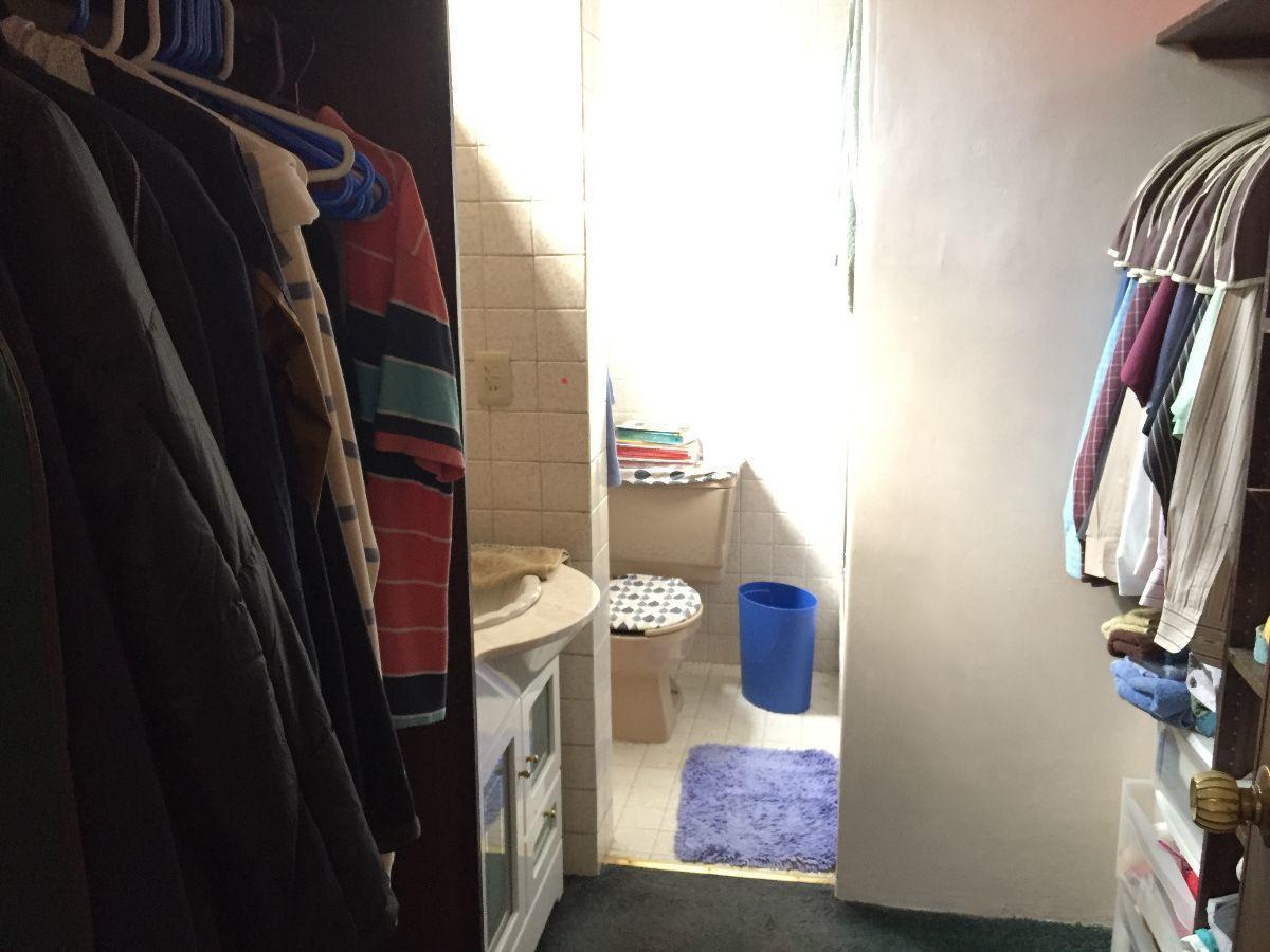 7 de 11: Baño y closet de recámara principal.