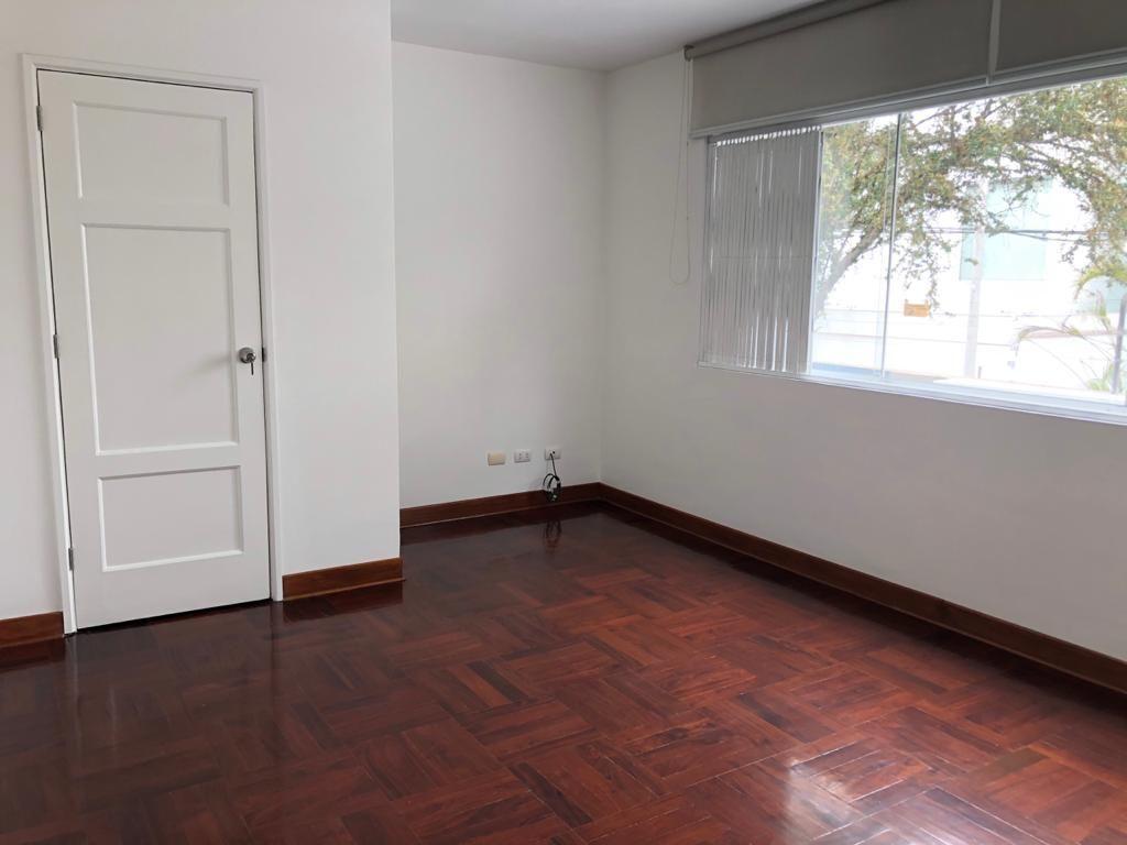 12 de 29: Sala de estar con closet, vista a la calle.