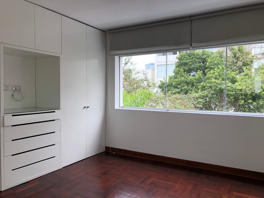 25 de 29: Cuarto dormitorio con vista a la calle y baño incluído.