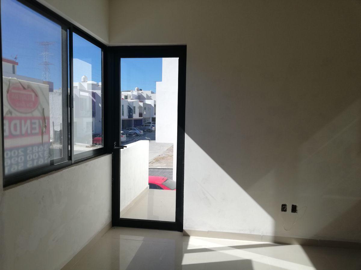 15 de 18: recámara principal con un pequeño balcón