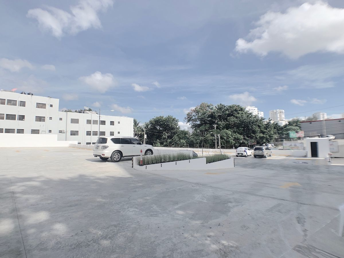 9 de 14: Amplia área de parqueos cerrados