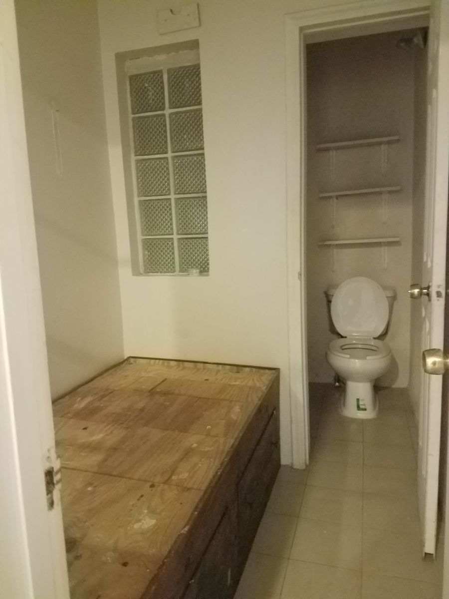 24 de 26: Cuarto de servicio con baño completo