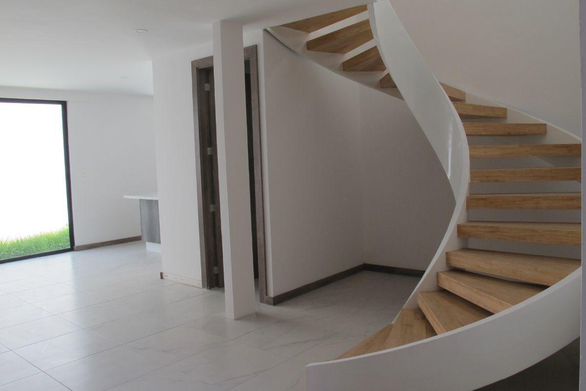 5 de 16: Escalera para el primer piso.