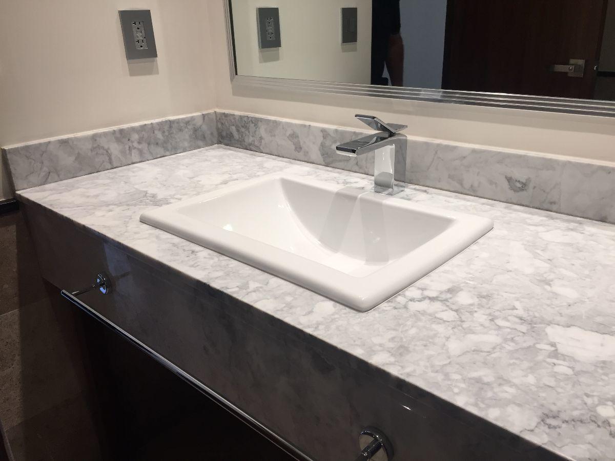 27 de 41: Baño con mármol y finos accesorios