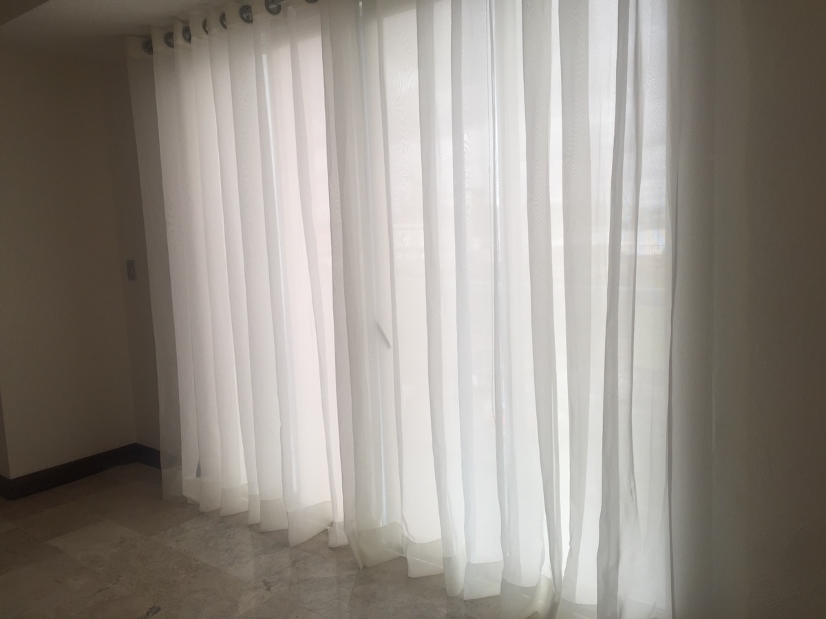 18 de 41: sala con cortinas