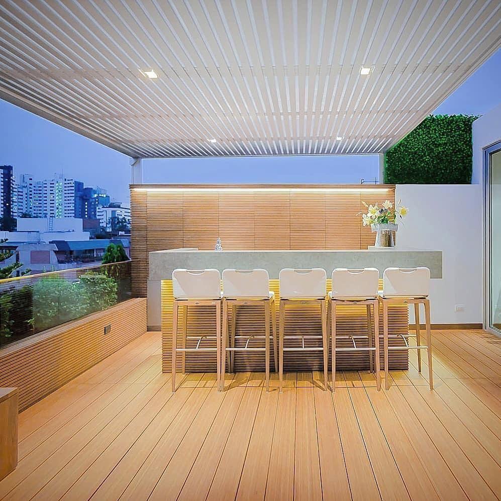 12 de 41: Hermoso bar de revista en el último piso con techo sol y som