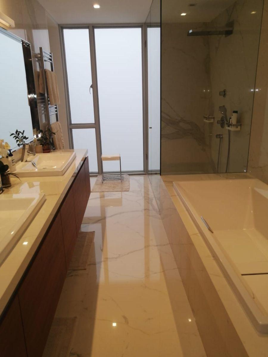 23 de 41: Baño principal con jacuzzi y ducha separada