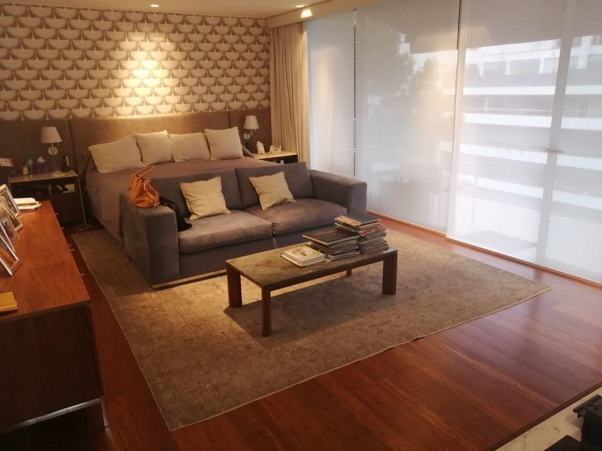 33 de 41: Amplio dormitorio principal con espacio para salita de estar