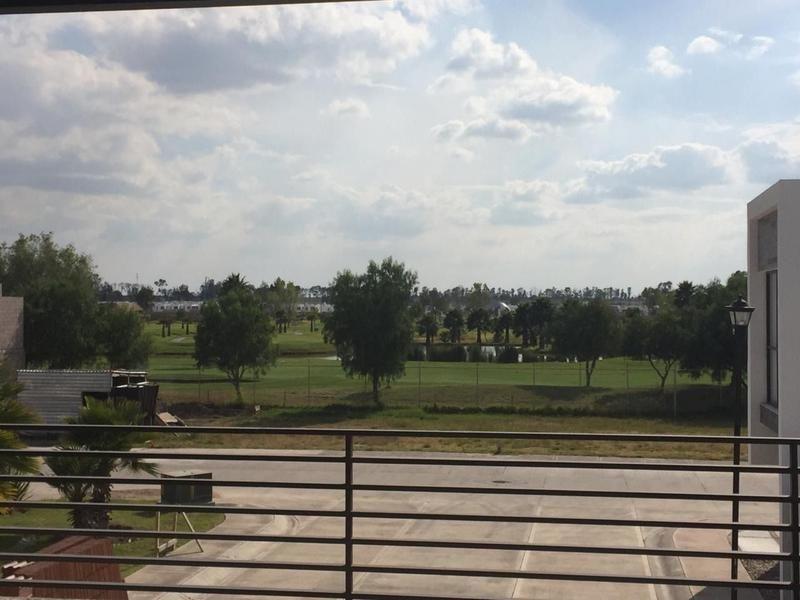 21 de 24: terraza con vista al club de golf