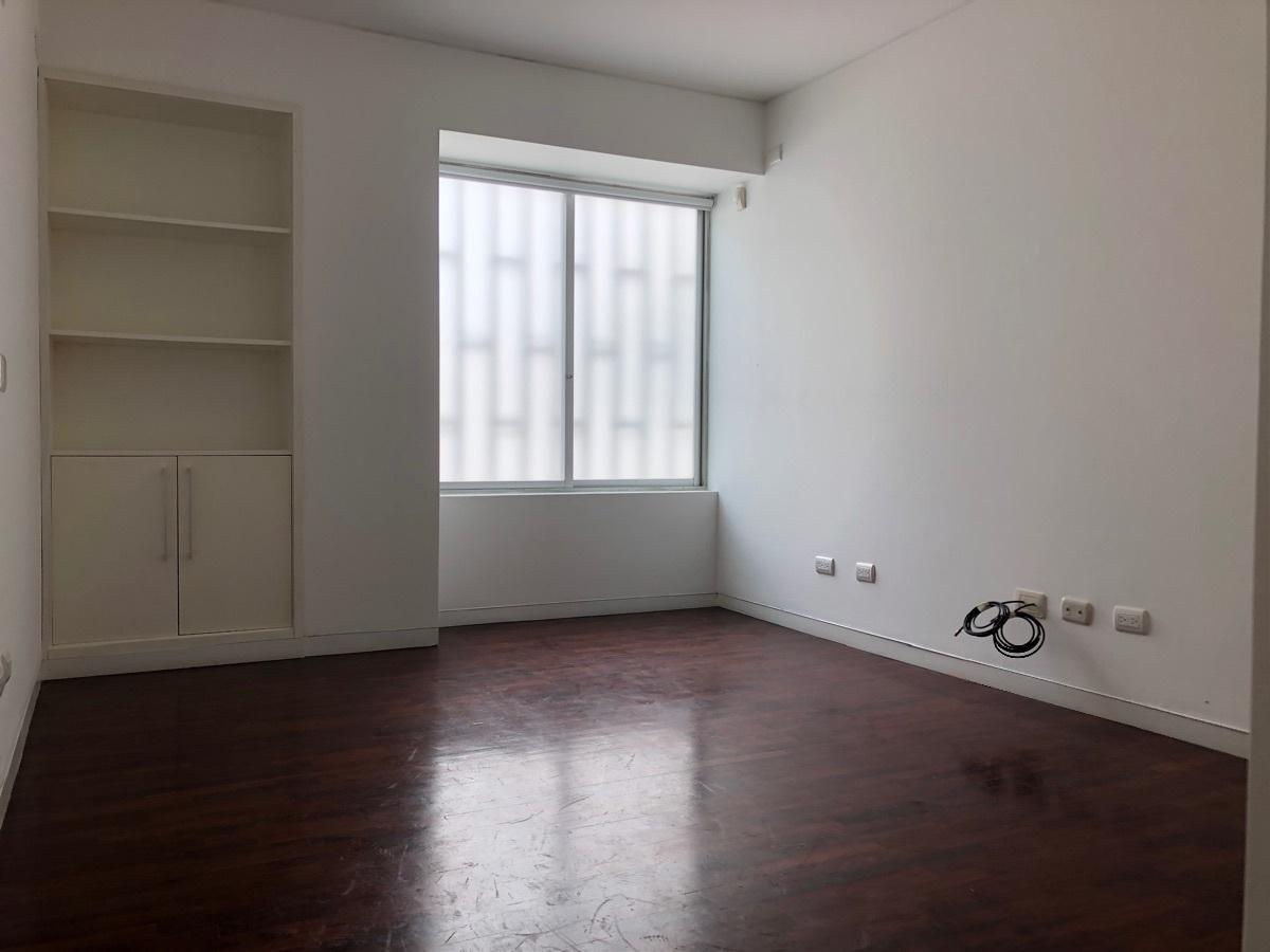 11 de 12: Primer dormitorio secundario con closet.