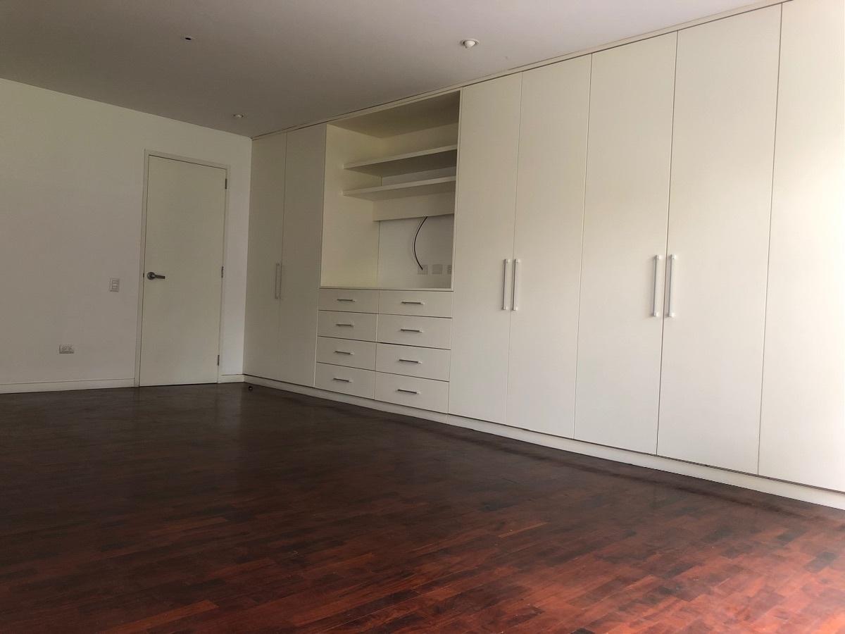 8 de 12: Closet dormitorio principal con aire acondicionado.