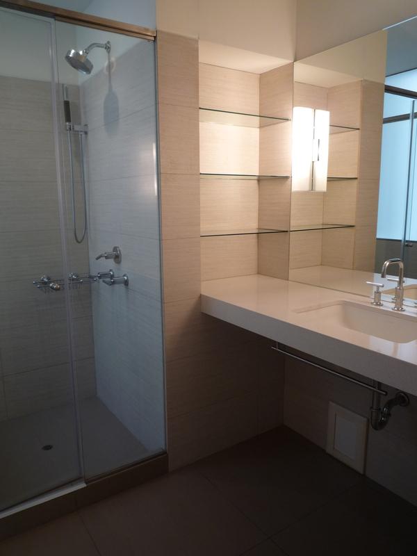 9 de 12: Baño dormitorio principal con calentador de toallas.