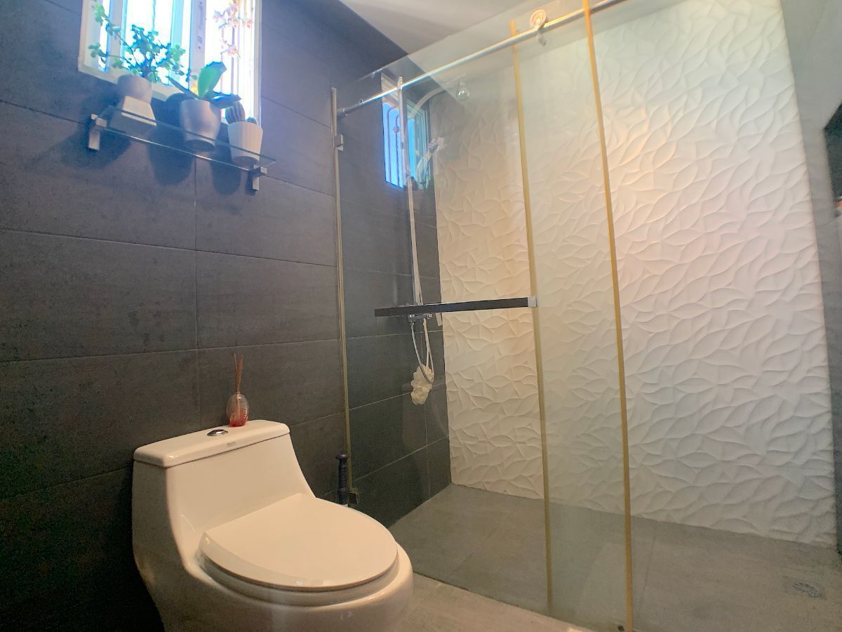 15 de 18: Baños modernos con ventanas al exterior