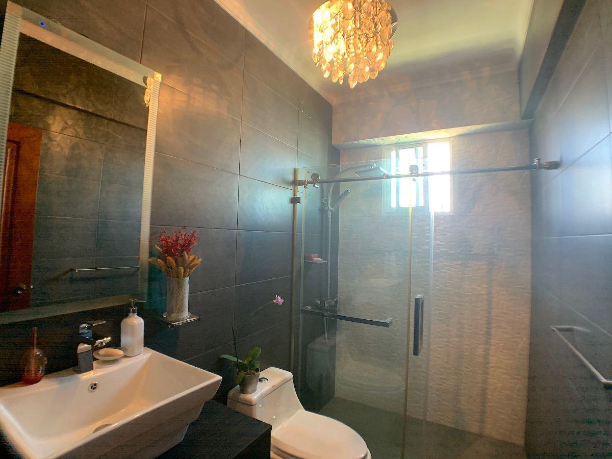 7 de 18: Baño común habitaciones secundarias
