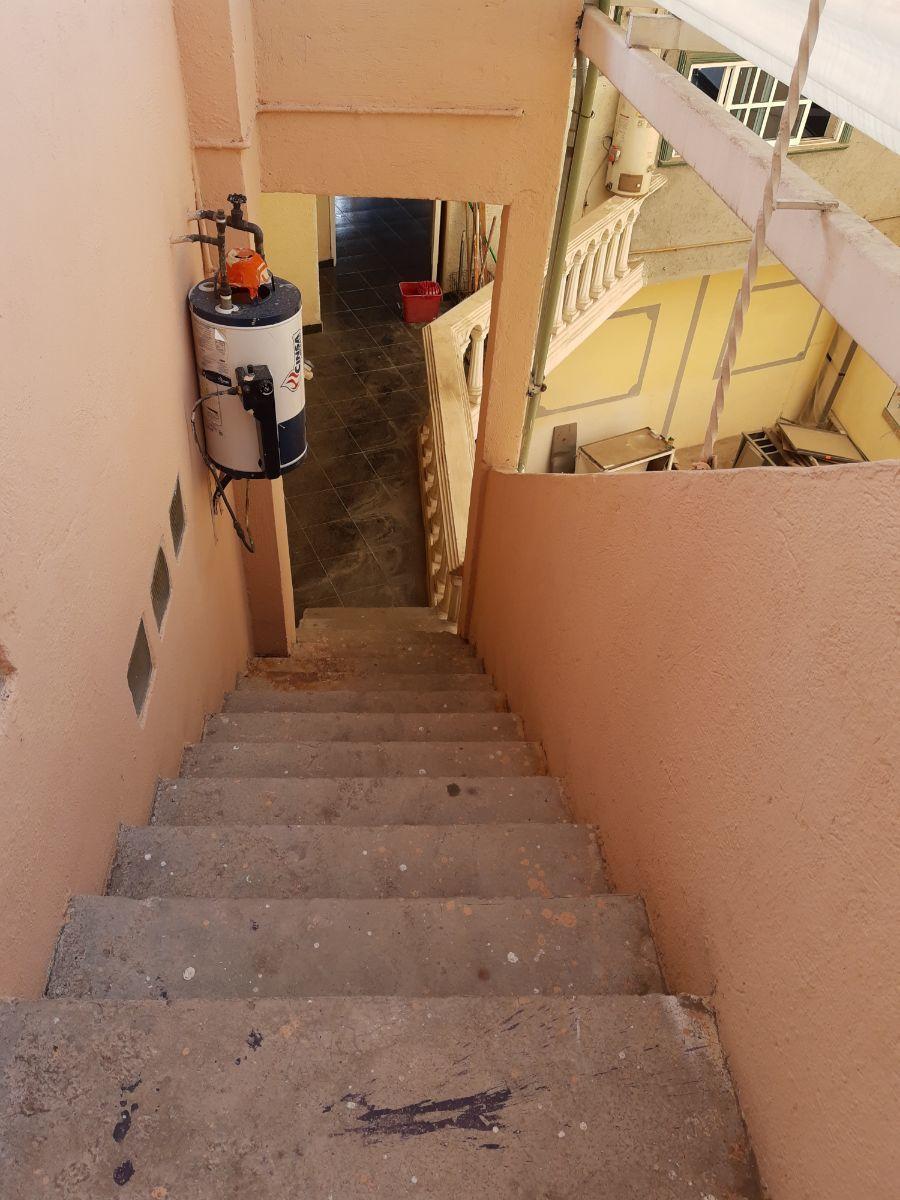13 de 20: Escaleras a pasillo de la  entrada principal