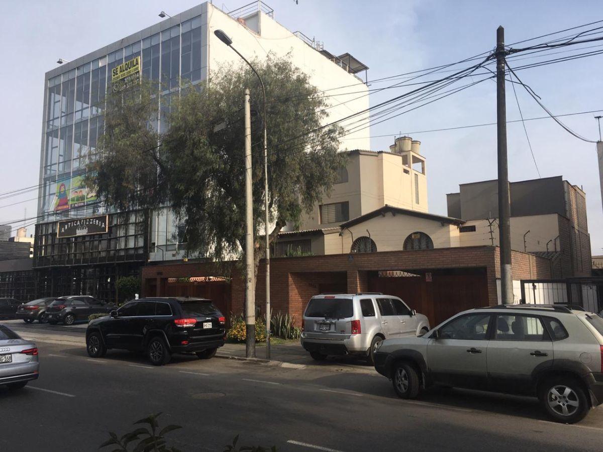 1 de 4: Colinda con edificio de 5 pisos y abajo restaurante Antica