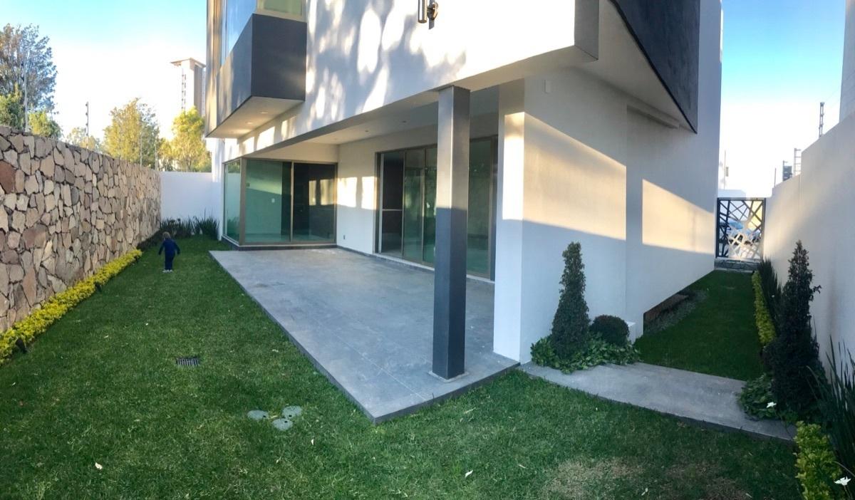 5 de 23: Terraza techada con jardín y ingreso lateral independiente