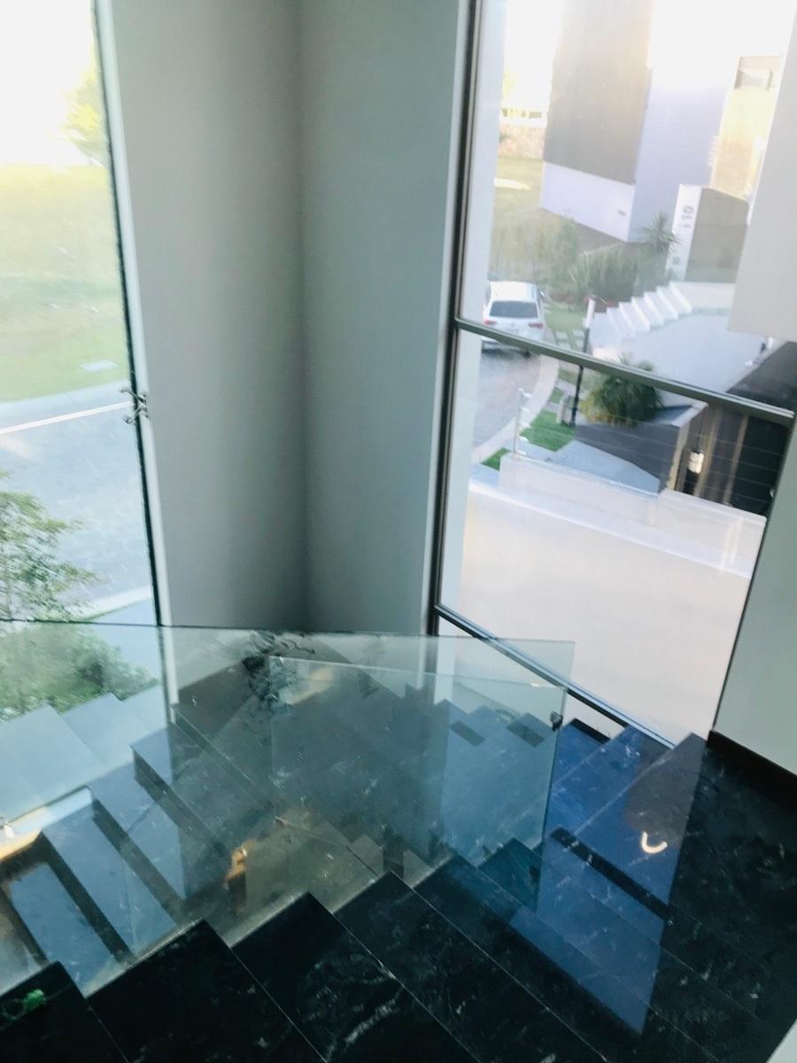 15 de 23: Escaleras con mármol y cristal