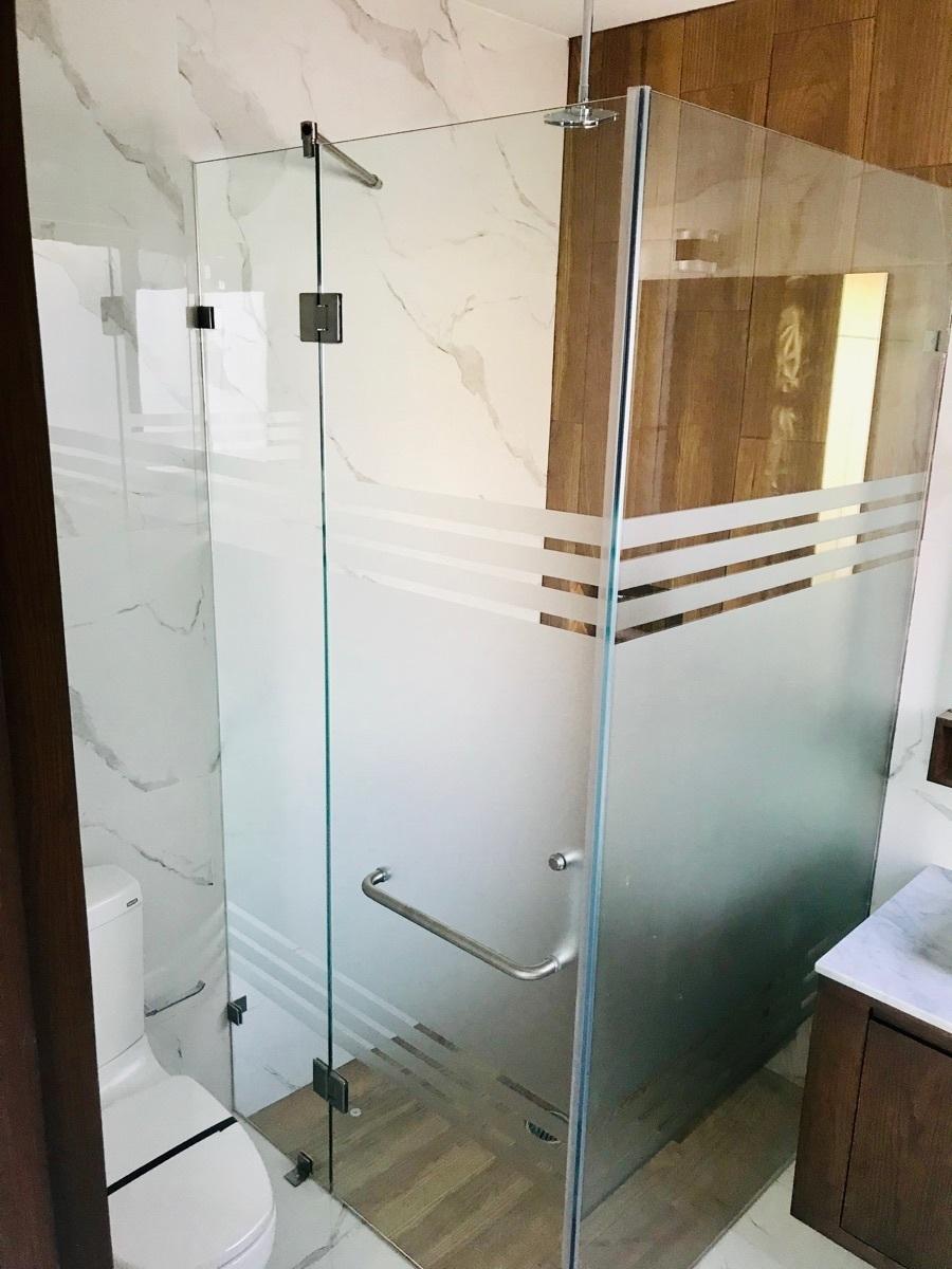 14 de 23: Vidrios templados en todos los baños